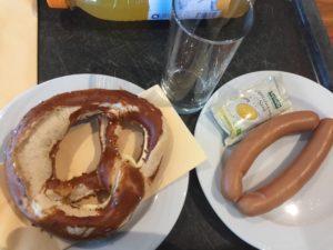 Ein Würstchen muss schon sein, Würstchen, Brezel, München, Airport, Aufwiedersehen, Frühstück